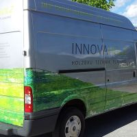 carwrapping-innovaholz-bedruckte-folie-auto-beschriftung