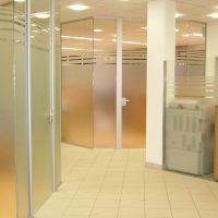 glasbeschichtung-innenbereich-buero-sichtschutz-satinato-bank