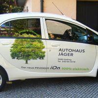 fahrzeugbeschriftung-autohaus-jaeger-elektro-auto