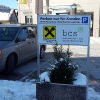schild-rahmen-freistehend-parkplatz-raiba